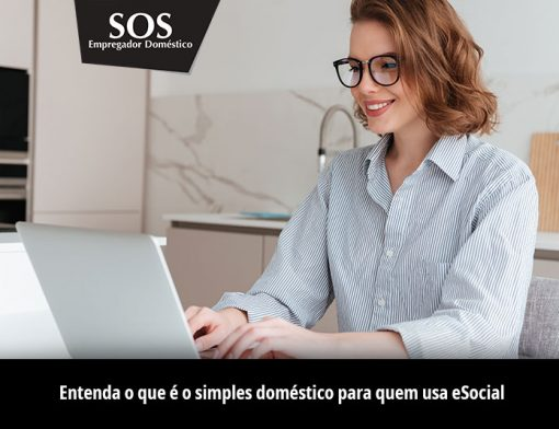 Uma empregadora doméstica pesquisando sobre eSocial e simples doméstico